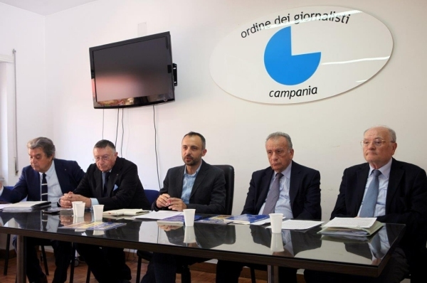 Il moderatore con i relatori dell'incontro dibattito Su salute ed ambiente in Campania